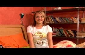 Молодую блондинку страстно отымели раком на камеру
