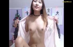 Телка устроила новогоднюю мастурбацию с дилдо