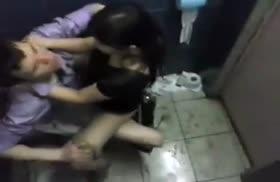 Пошлая пара трахается в сортире в клубе