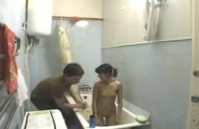 Киргизы решили поснимать любительское порно в ванной