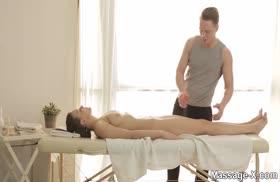 Русская телка хочет потрахаться с массажистом