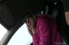 Русская телочка обслужила таксиста в машине