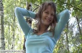 Русские девахи трахаются с парнишей на природе