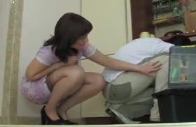 Похотливая хозяйка совратила мастера на порно