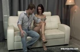 Худая красотка стонет от секса в задницу