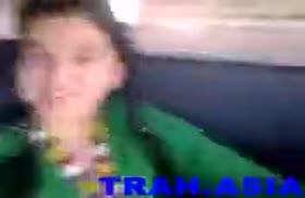 Мужик классно помацал грудастую девочку перед камерой