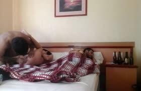 Пока муж спит его жену смачно пялит любовник